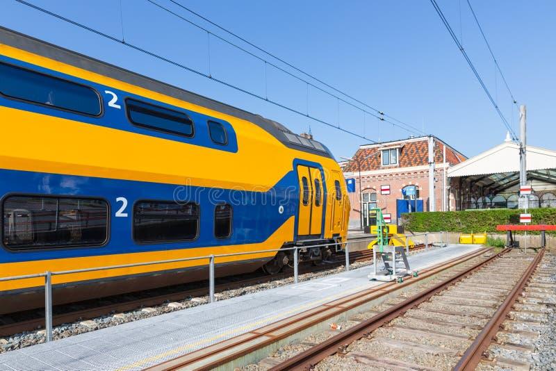 Tren interurbano holandés en el ferrocarril de Enkhuizen fotografía de archivo