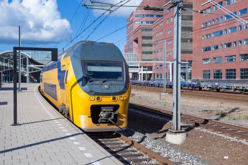 Tren interurbano holandés que sale de la estación central de Amersfoort fotografía de archivo libre de regalías
