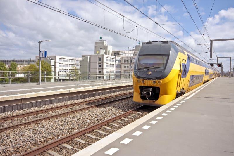Tren llegando en Amsterdam imágenes de archivo libres de regalías