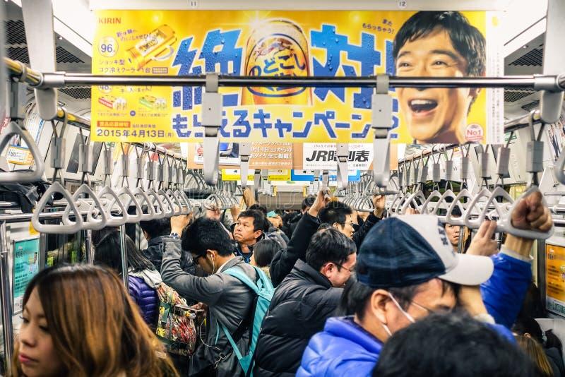 Tren lleno durante hora punta en el subterráneo de Tokio fotografía de archivo libre de regalías