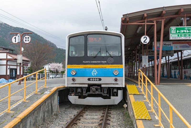 Tren local en la estación terminal de Kawaguchiko imagen de archivo