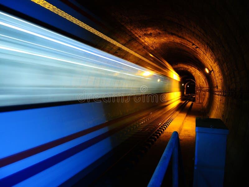 Tren, metro, en azul y amarillo imagen de archivo