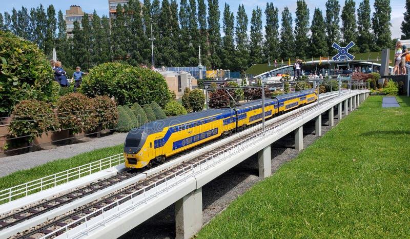 Tren miniatura del Nederlandse Spoorwegen en Madurodam en los Países Bajos imagen de archivo