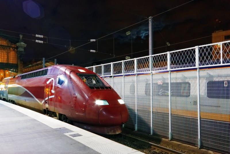 Tren moderno del tren de pasajeros rápido en la estación. fotografía de archivo