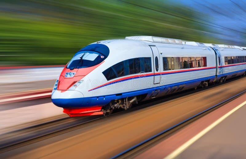 Tren moderno en la velocidad fotografía de archivo libre de regalías