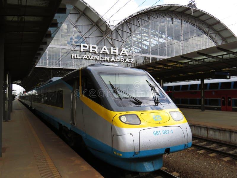 Tren moderno Pendolino de la ciudad estupenda en el terminal principal de la estación de tren de Praga, Praga, República Checa, j imagen de archivo libre de regalías