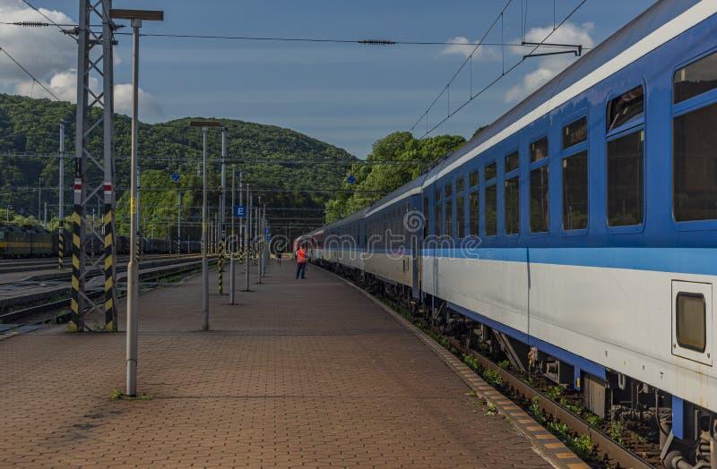 Tren nocturno con la estación durmiente de Kysak de los coches y de los coches de la motocicleta del coche fotos de archivo libres de regalías