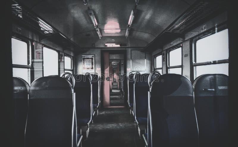 Tren oscuro imagenes de archivo
