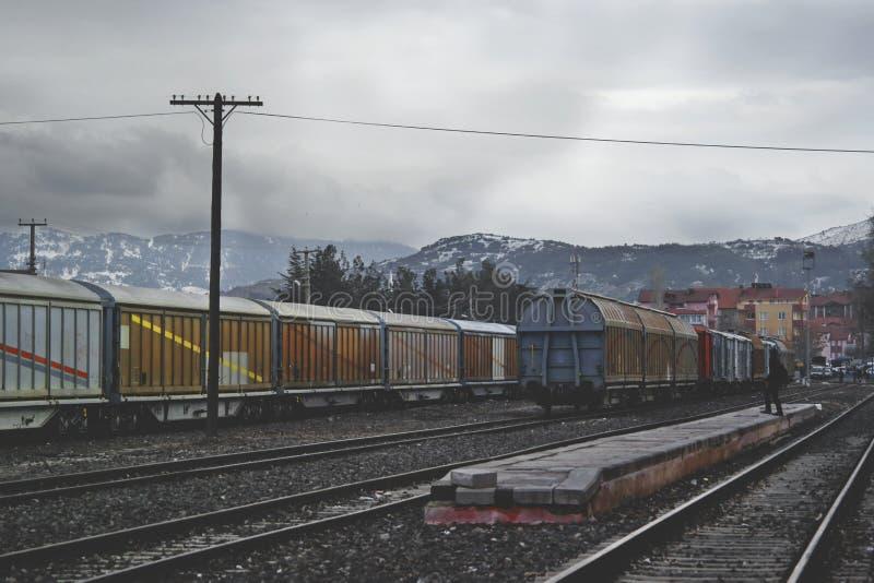 Tren que corre en vía del tren debajo de Gray Sky en el d3ia imagen de archivo libre de regalías