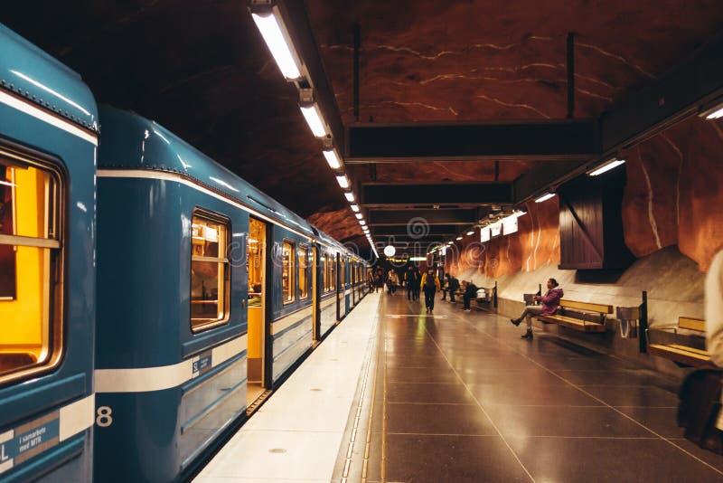 Tren que espera con las puertas abiertas pasajeros para salir o adentro en la plataforma imagen de archivo