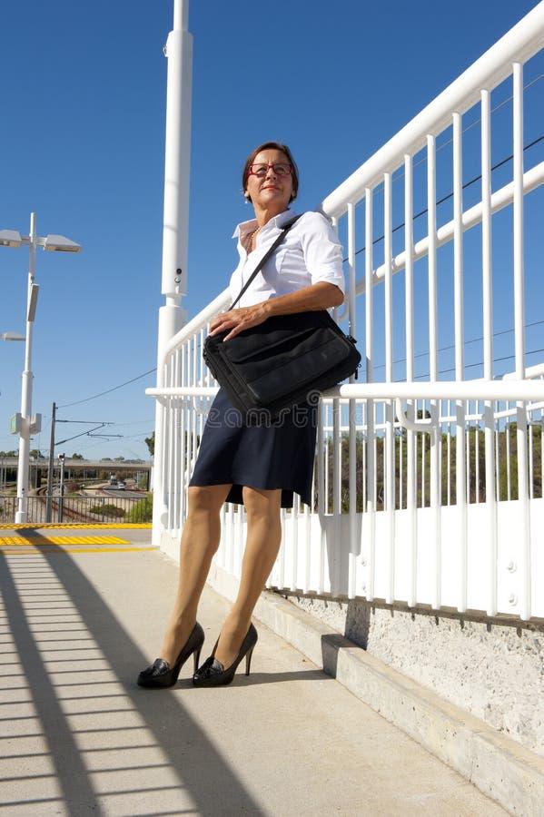 Tren que espera de la empresaria para fotografía de archivo