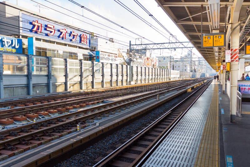 Tren que espera de la gente en la estación de tren en Japón imagenes de archivo