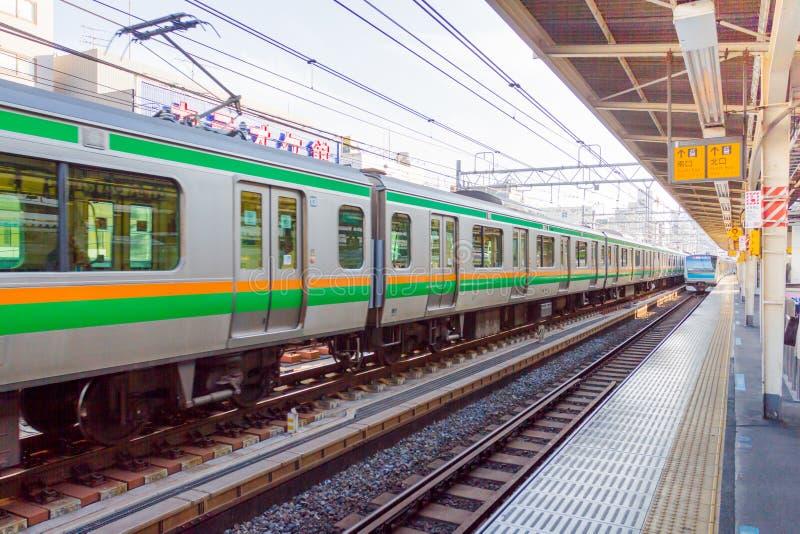 Tren que espera de la gente en la estación de tren en Japón fotografía de archivo