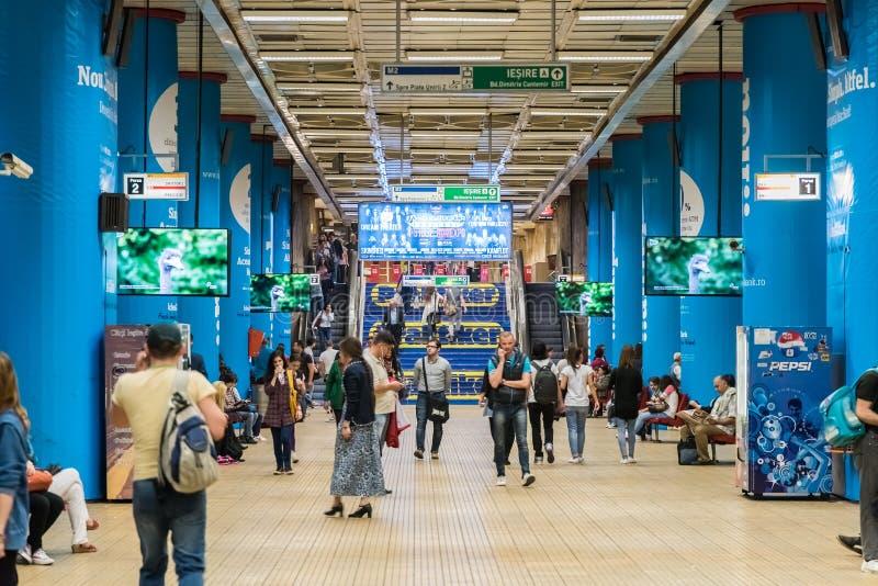 Tren que espera de la gente para en la estación de metro central de Bucarest céntrica fotos de archivo