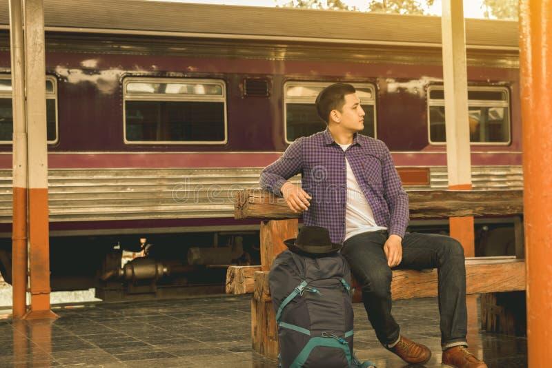 Tren que espera del hombre solo en la estación de tren fotografía de archivo libre de regalías