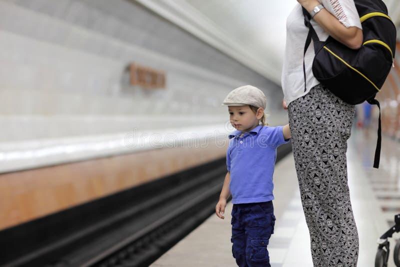 Tren que espera del niño imagenes de archivo