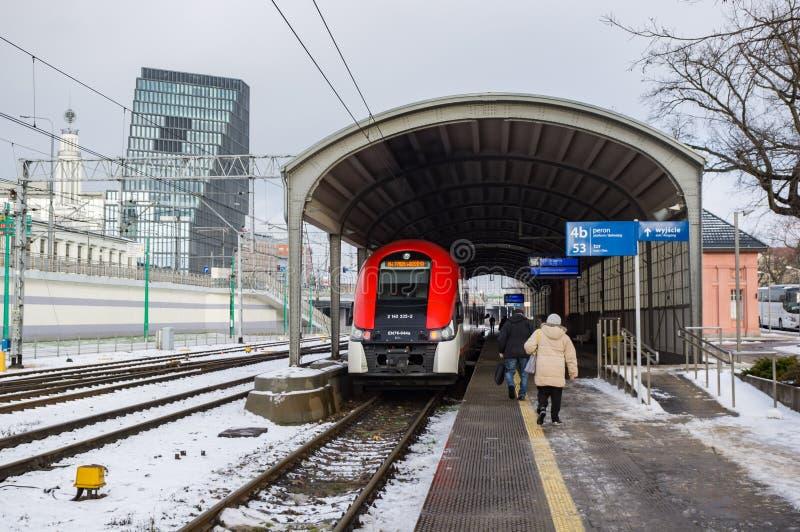 Tren que espera por la estación foto de archivo libre de regalías