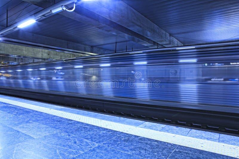 Tren que llega el metro foto de archivo