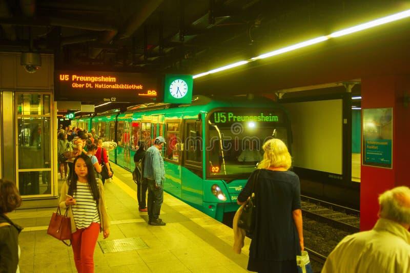 Tren que llega la plataforma del subterráneo fotografía de archivo