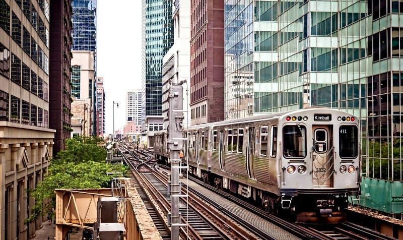 Tren que mueve encendido las pistas en Chicago foto de archivo libre de regalías