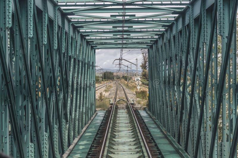 Tren que pasa sobre un puente fotos de archivo libres de regalías