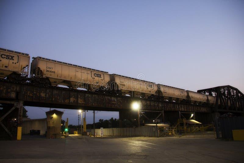 Tren que pasa un puente en la noche en Cincinnati Ohio foto de archivo