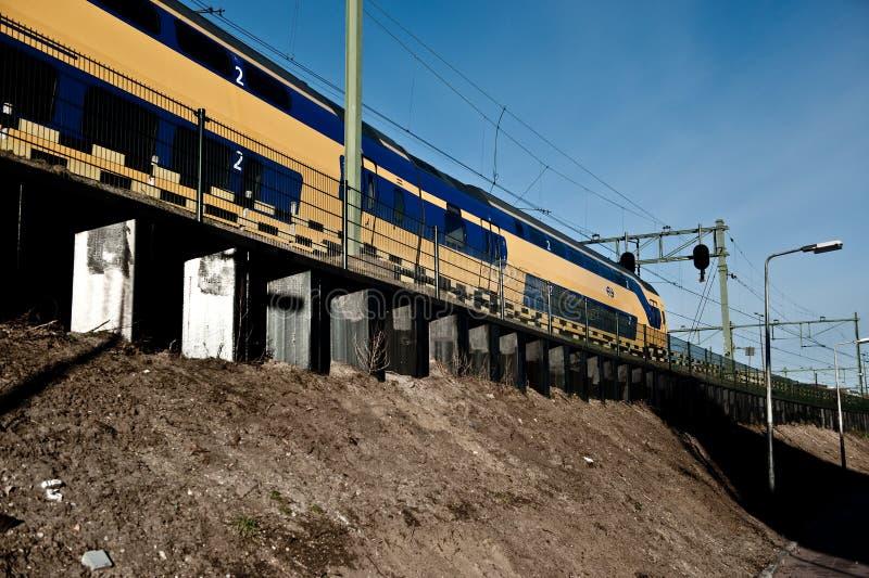 Tren que viaja foto de archivo