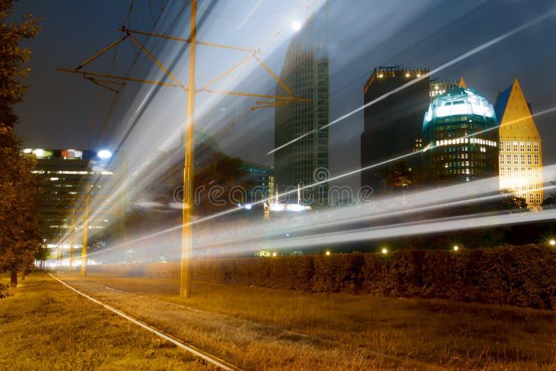 Tren rápido en el paisaje urbano de La Haya foto de archivo