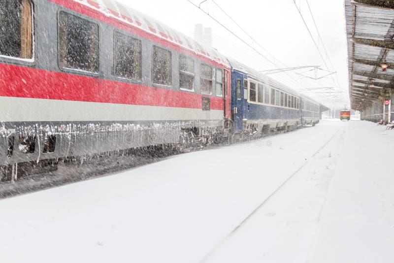Tren retrasado que espera en la estación imagenes de archivo