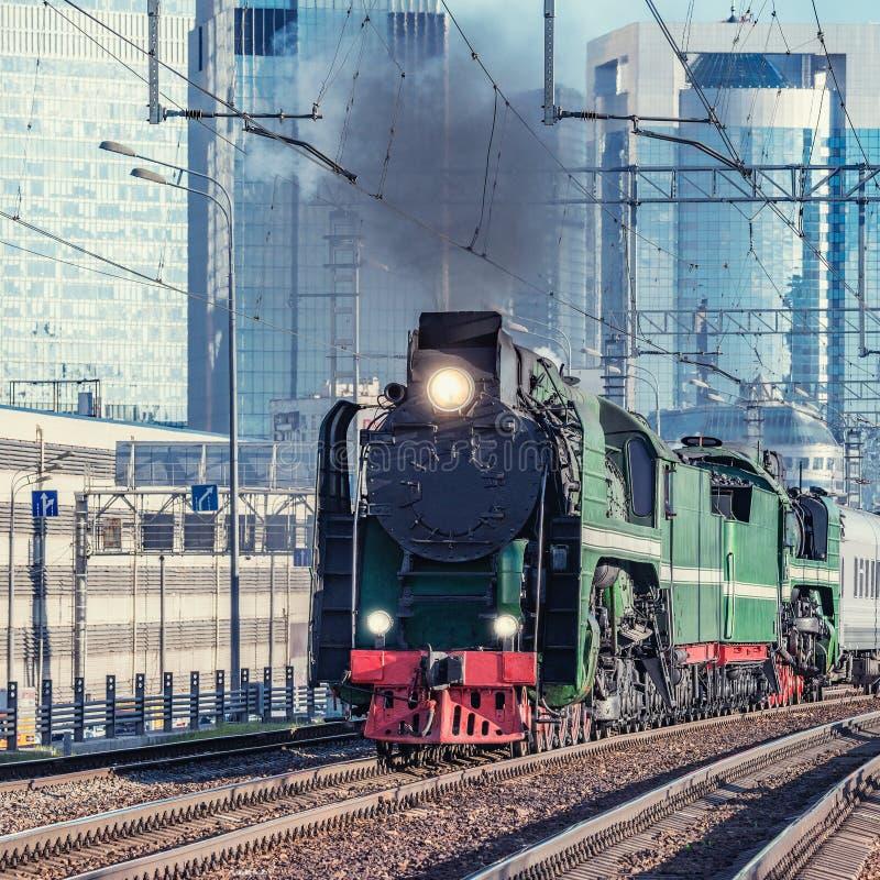 Tren retro del vapor en fondo de la ciudad de Moscú fotografía de archivo libre de regalías
