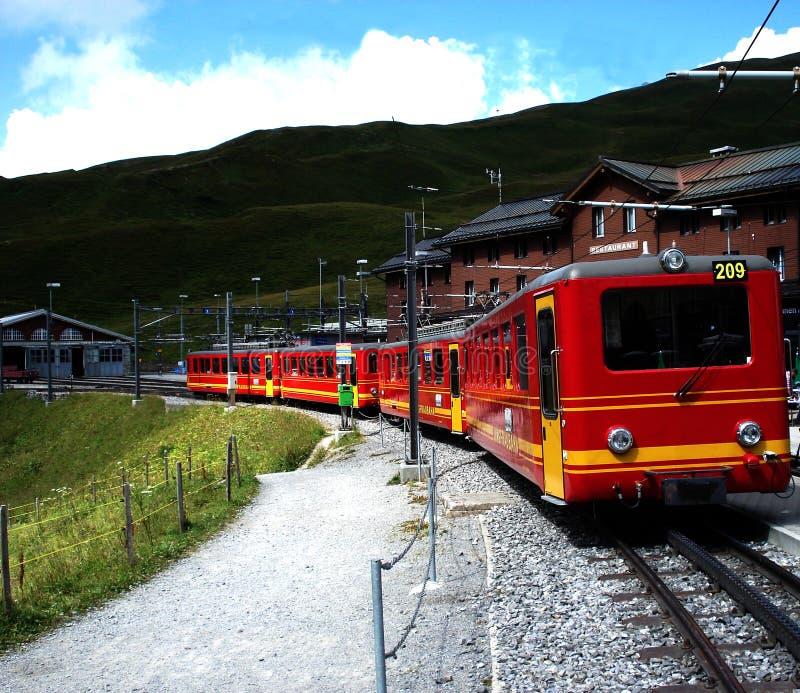 Tren rojo de Alpes del suizo del yelow famoso foto de archivo