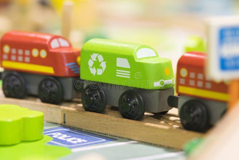 Tren rojo y juguete de madera del tren de Grean - los juguetes para los niños juegan a Ed determinado foto de archivo