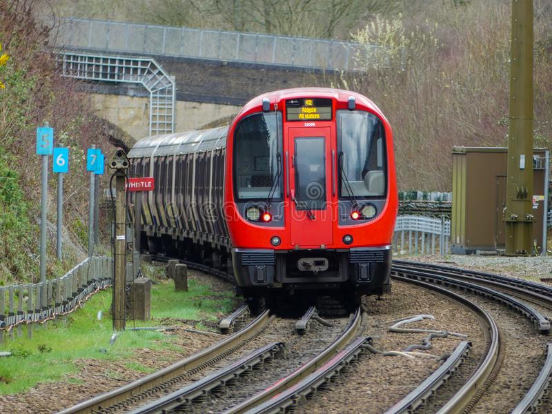 Tren subterráneo de Londres de la acción S8 que sale de la estación de Chorleywood en la línea metropolitana imagenes de archivo