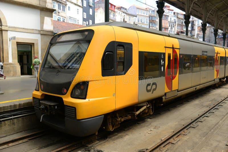 Tren suburbano de Oporto, Portugal fotos de archivo