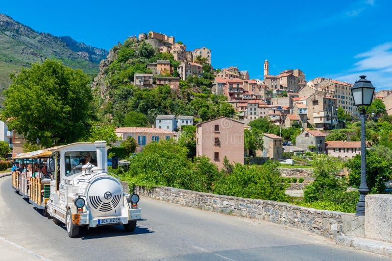 Tren turístico que conduce a través de la calle en Corte Córcega Francia imagenes de archivo