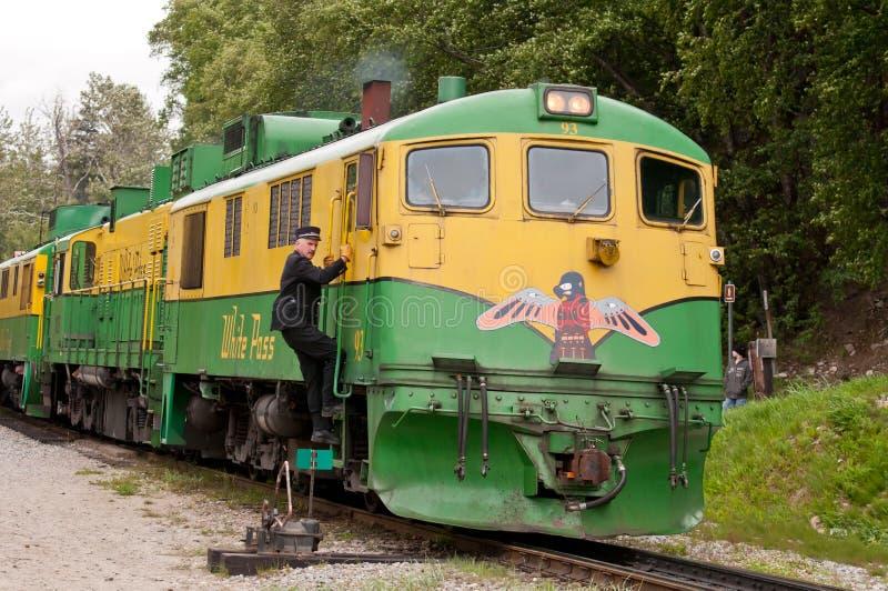 Tren usado para el paso y la ruta blancos de Yukon foto de archivo