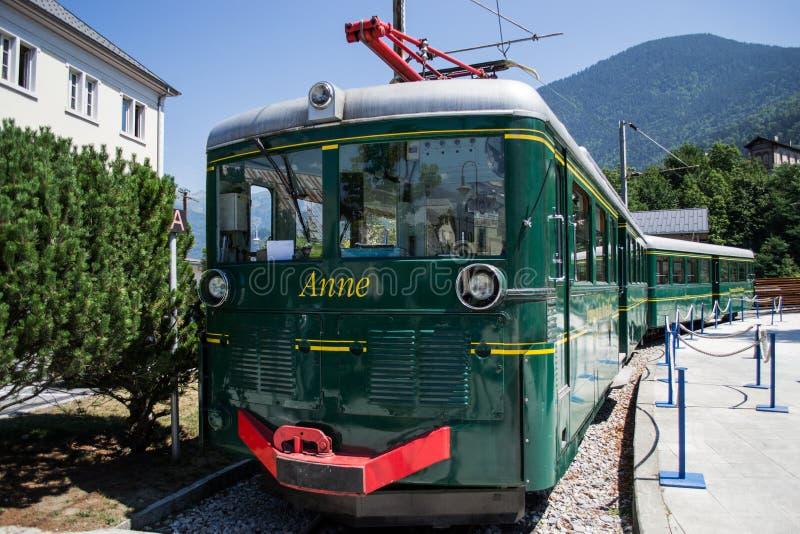 Tren viejo listo para comenzar imagenes de archivo