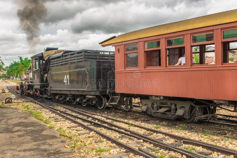 Tren viejo ( Maria Fumaca ) en la ciudad de John Del Rei del santo imagen de archivo