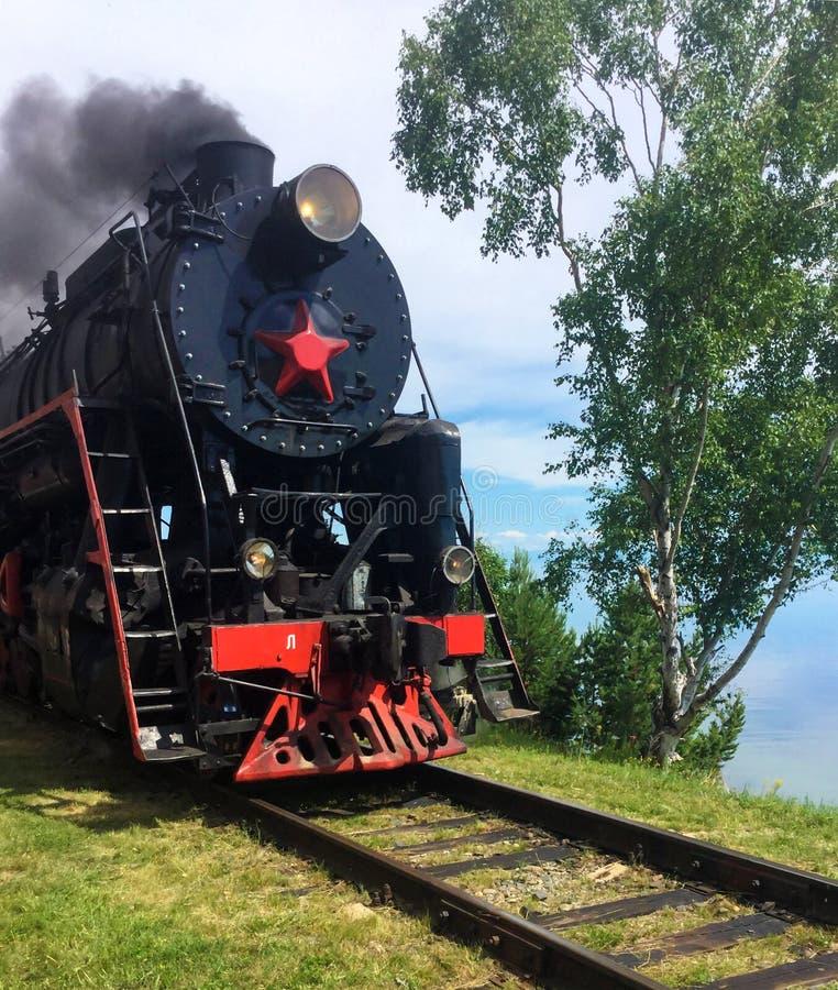 Tren viejo turístico del vapor en el lago Baikal imagenes de archivo
