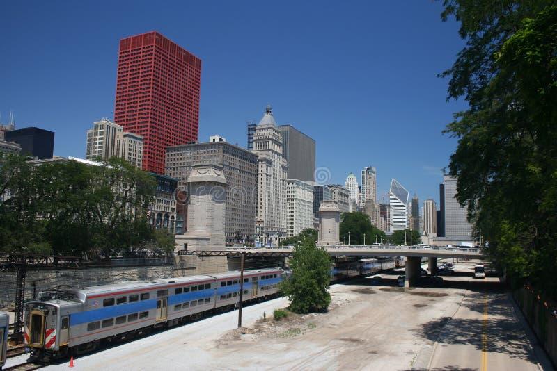 Tren y horizonte de Chicago fotografía de archivo
