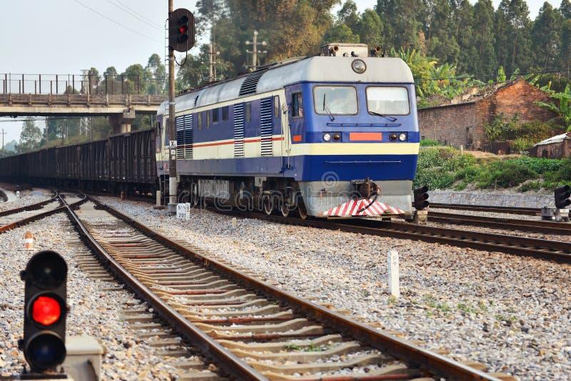 Tren y luz de señal llevada fotos de archivo