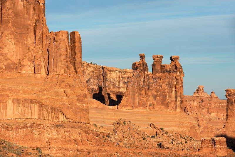 Trena skvallrar inom monolitisk sandsten inom bågar nationalparken, Utah arkivfoto
