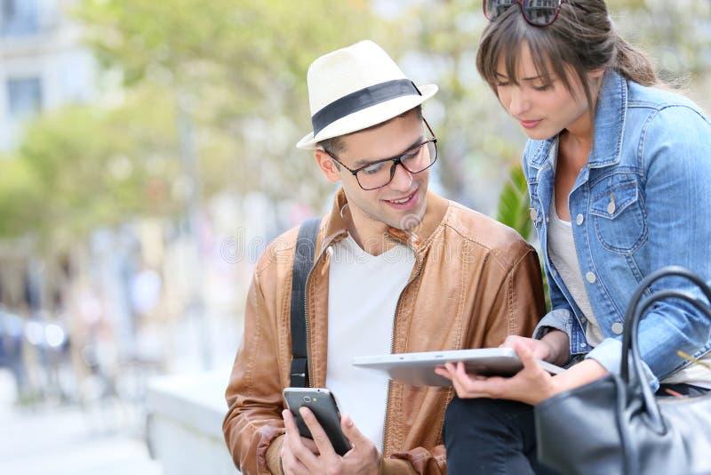 Trenbdypaar met wifi in de straten wordt verbonden die royalty-vrije stock foto's