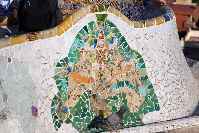 Trencadis parkerar den mosaiska tegelplattan in Guell i Barcelona arkivfoton
