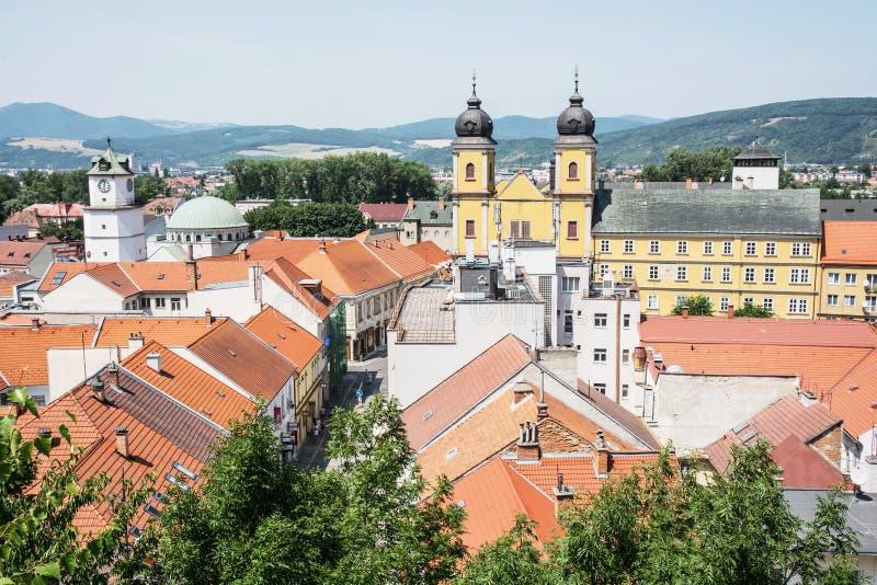 Trencinstad met piaristkerk van heilige Francis Xaversky, Slov royalty-vrije stock afbeelding