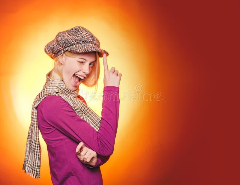 Trend för höstkopieringsspaceAutumn och höstmode Höstklänning Annonsbyrå din avståndstext höstlig lövverk royaltyfria foton