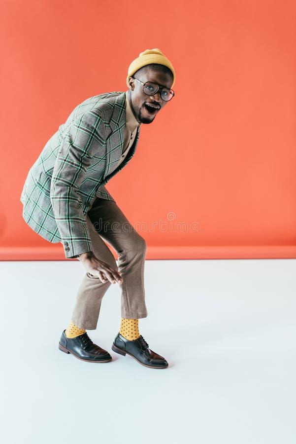 trendig afrikansk amerikanman som poserar i retro omslag, arkivfoton