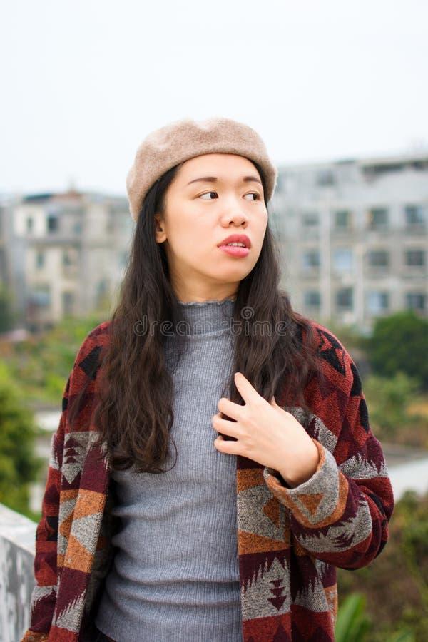 Trendig asiatisk flicka på taket royaltyfri foto