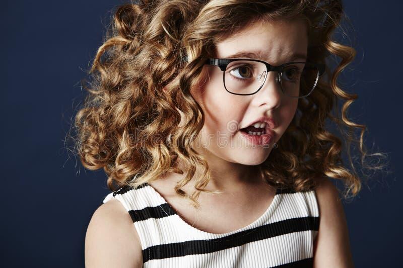 Trendig flicka i anblickar royaltyfri foto