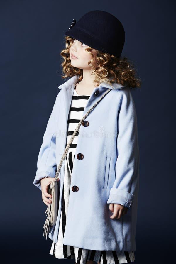 Trendig flicka i blått hatt och lag arkivbild